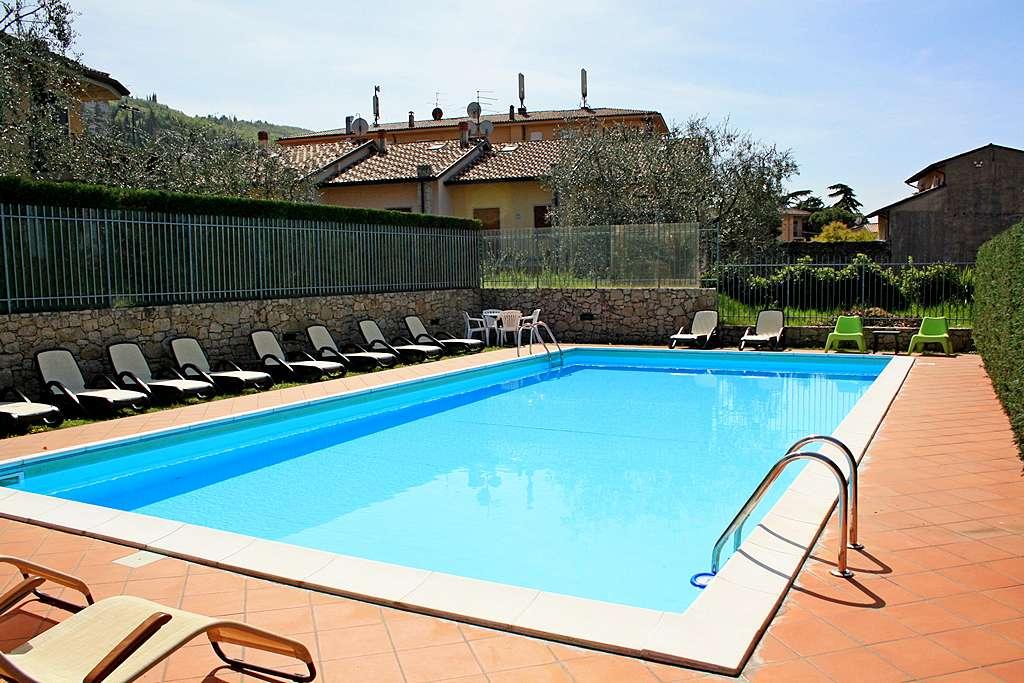 appartamento-vacanze-lago-di-garda-con-piscina